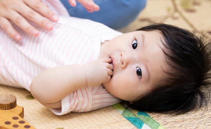 指しゃぶりする赤ちゃんです。