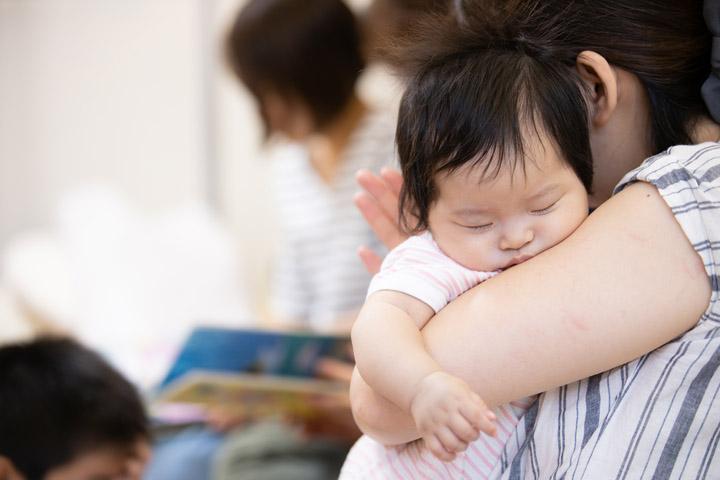 睡魔に勝てない赤ちゃん