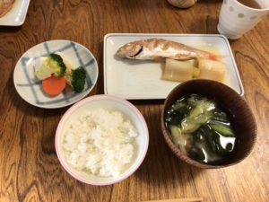 魚、わかめの味噌汁、野菜、ご飯