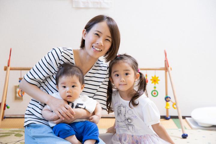 母と上の子と赤ちゃんの写真