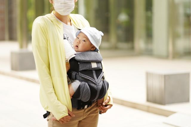 マスクを付けたお母さんと赤ちゃん