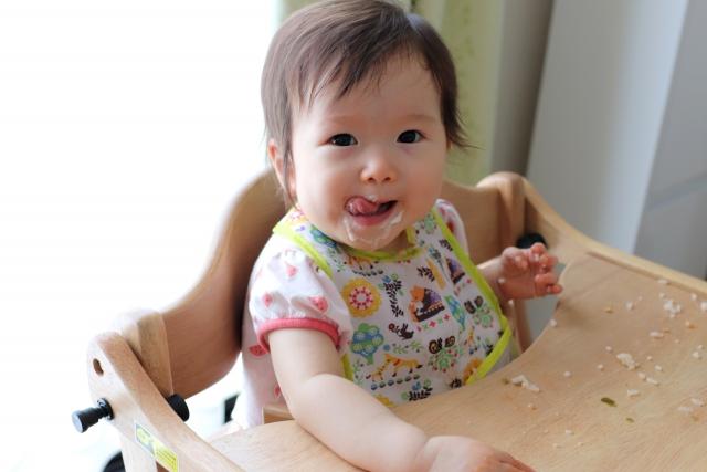 手づかみ食べの赤ちゃん