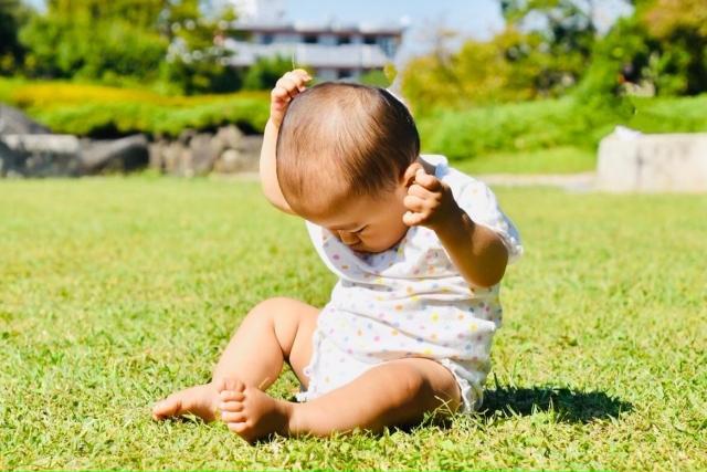 日光浴をする赤ちゃん